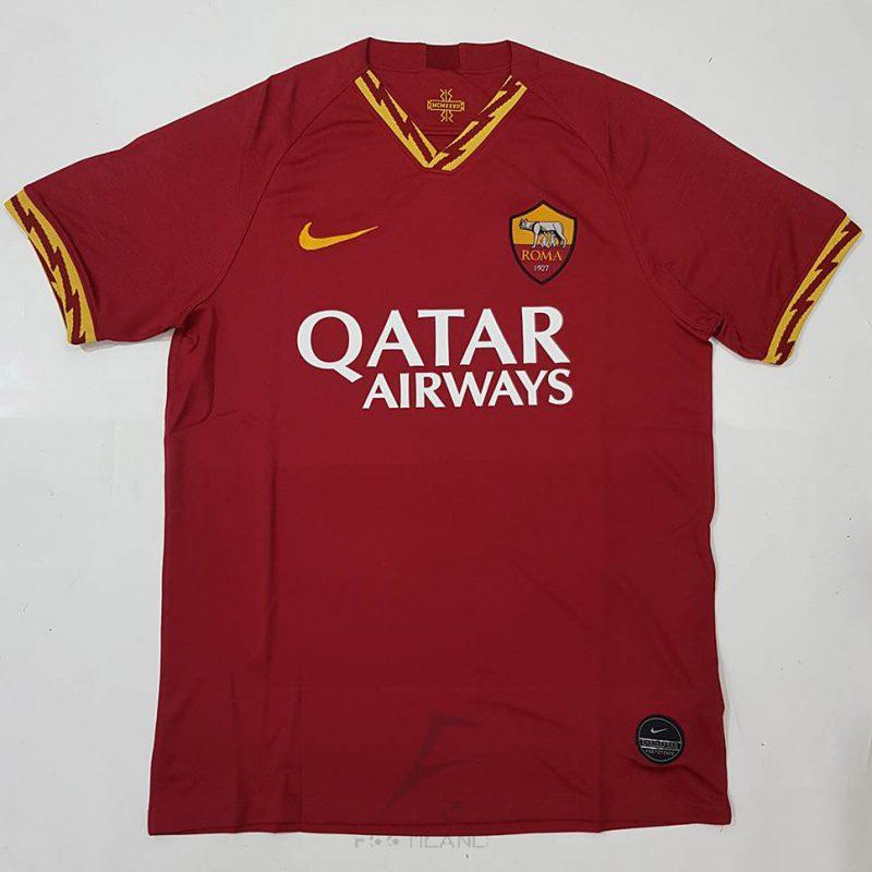 لباس اول رم 2020 با زمینه جگری و مدل رعد برق در یقه تیشرت و سر آستین پیراهن آستین کوتاه