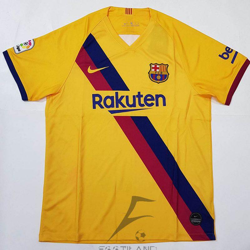 لباس دوم بارسلونا 2020 با زمینه زرد که دو خط آبی اناری بصورت مورب جلوی لباس می باشد.یقه پیراهن گرد بصورت تیشرت آستین کوتاه