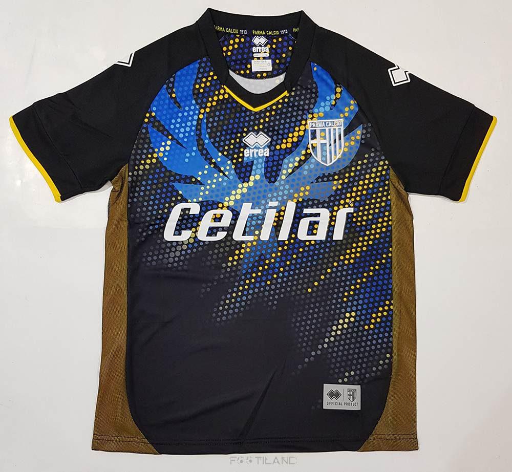 کیفیت لباس سوم پارما 2020 با زمینه مشکی و نگرافیکی با نقطه های مشکی زرد و آبی یقه پیراهن تقریبا گرد بصورت تشرت آستین کوتاه