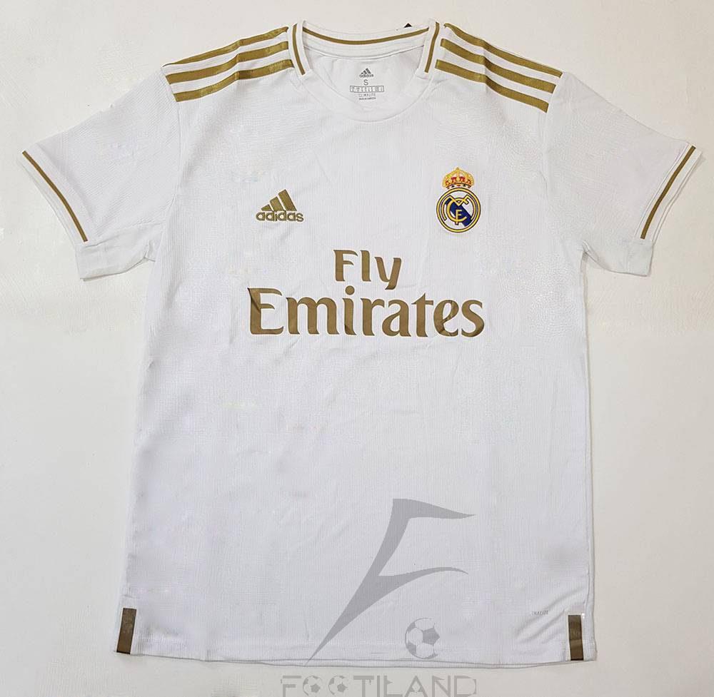لباس اول رئال مادرید 2020 با زمینه سفید و ترکیب رنگ طلایی یقه پیراهن گرد بصورت تیشرت آستین کوتاه