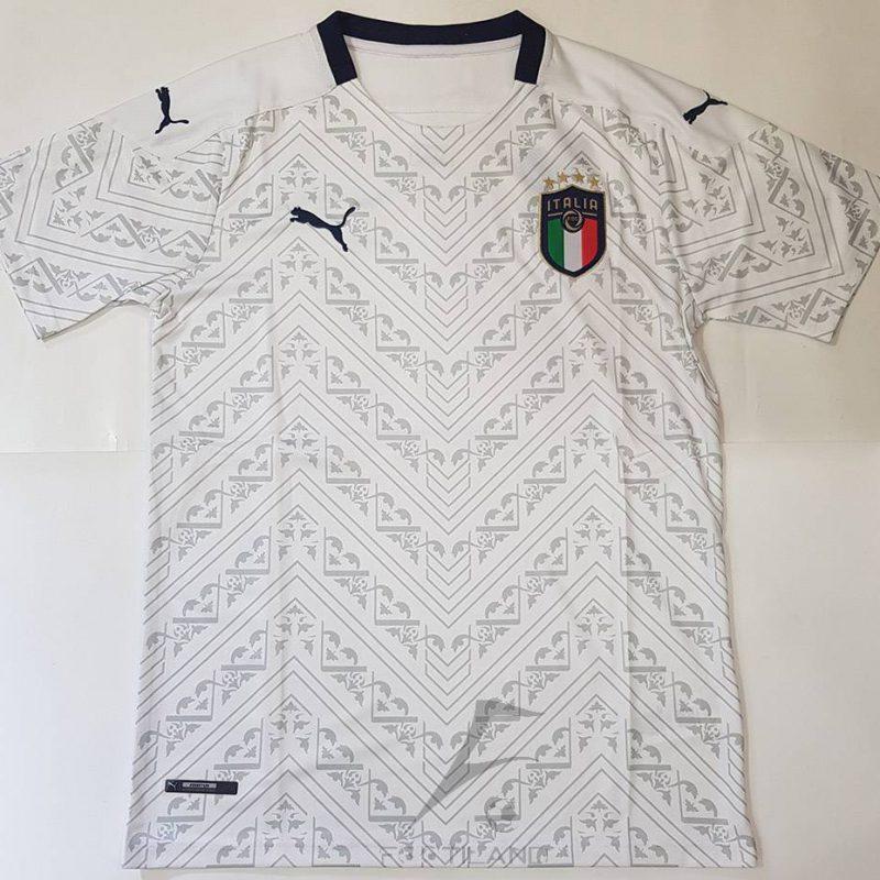 لباس دوم ایتالیا 2020 با زمینه سفید و طرح گرافیکی خاص یقه پیراهن گرد بصورت تیشرت آستین کوتاه