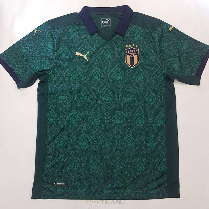 لباس سوم ایتالیا 2020 با زمینه سبز طرح گرافیک جذاب یقه پیراهن بصورت پولو شرتی بصورت تیشرت آستین کوتاه