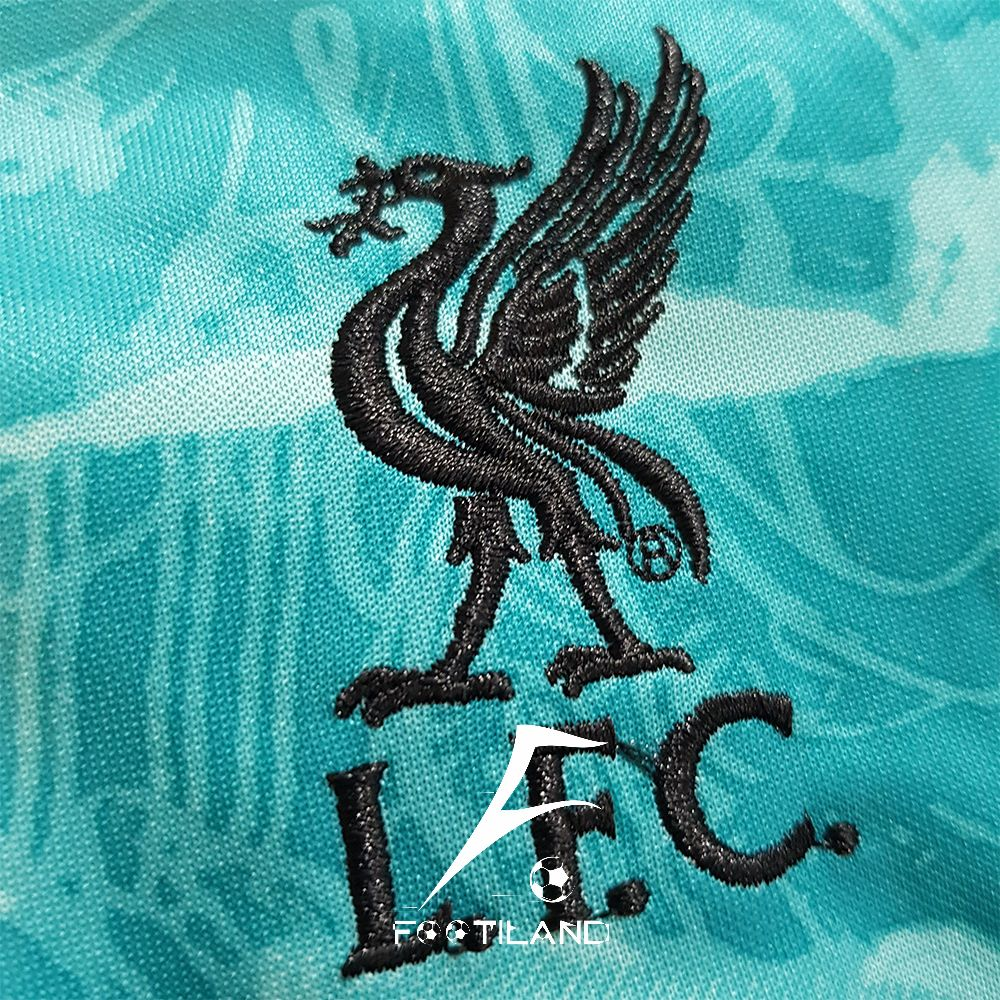 لباس دوم بچگانه لیورپول 2021 به رنگ سبز آبی با لوگو و آرم نایک دوخته شده
